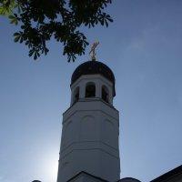Церковь перед домом :: Артём Исаев