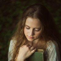 Девушка с книгой :: Виктория Ходаницкая