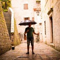 Человек с зонтом :: Александра Шарий