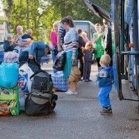 Украинские беженцы только что прибыли на вокзал, пересадка в автобусы. :: Анатолий Тимофеев