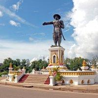 Лаос. Вьентьян. Памятник королю Чао Аноувонгу :: Владимир Шибинский