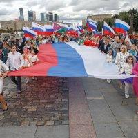 День российского флага на Поклонной - шествие с флагом :: Павел Myth Буканов