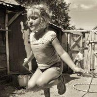 Прыгалки-скакалки  звонкие свистят :: Ирина Данилова