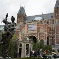 Амстердам. Музейные сады  на фоне исторического здания Рейксмузеума :: Елена Павлова (Смолова)