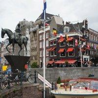 Амстердам. ул. Рокин. Конная статуя королевы Вильгельмины (1880-1962) :: Елена Павлова (Смолова)