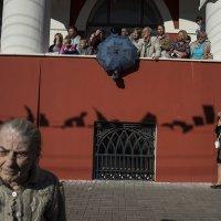 На фоне торговых рядов... :: Людмила Синицына