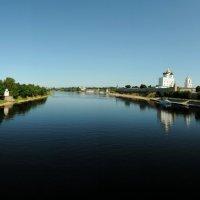 Вид на псковский кремль с моста р.Великая :: tipchik