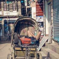 Катманду.Непал.Таксист(велорикша) на обеде... :: Александр Вивчарик
