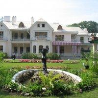 Вид из Собственного садика на Фермерский дворец :: Елена Смолова