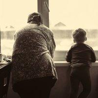 Бабушка с внуком у окна :: Павел Крутенко