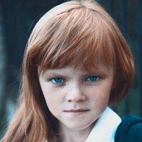 Девочка с яблоком :: Юлия Нагибович