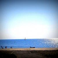 Плывёт , плывёт кораблик в лучах полуденного солнца . :: Мила Бовкун