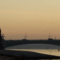 Берег, река и мост. Светает. :: Владимир Гилясев