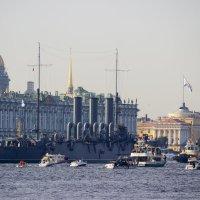 Аврора рядом с Зимним Дворцом :: Sergey Lebedev