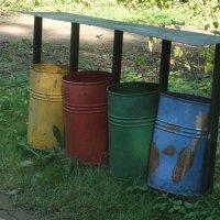 Веселые мусоросборники в парке :: Наталья Александрова