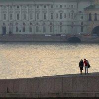 Утро,двое и город :: Владимир Гилясев