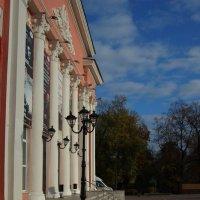 Рязанская филармония на фоне осенней листвы :: Александр Буянов
