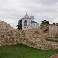 Изборск. У крепостных стен :: Александр Николаев