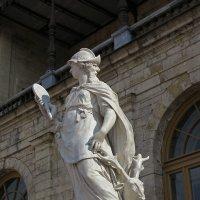 наш мир - статуя у Гатчинского дворца :: Наталья