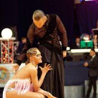 Во время танца дяди и тёти трогают друг друга за органы движения. :: Павел Сущёнок