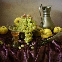 Осенний натюрморт с виноградом :: Татьяна Карачкова