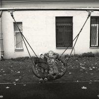 На качелях. :: Марк Васильев