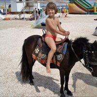Первый раз на лошадке! :: Нина Корешкова