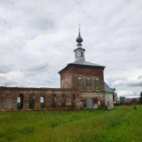Нет куполов, разрушена стена, и витражи стеклянные разбиты............ :: Galina Leskova