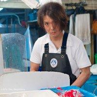 Встреча взглядов... (Токио, рыбный рынок Цукидзи) :: Олег Неугодников