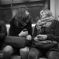 Люди в метро. Хохотушки. :: Алексей Окунеев