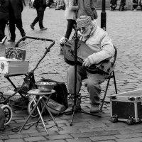 Уличный музыкант. Прага :: Александр Лядов
