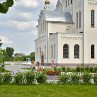Церковный дворик :: Дмитрий Конев