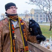 Мужчина с птицей. :: Аркадий Шведов