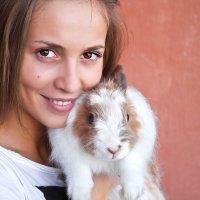 Девушка и кролик. :: Андрей Ярославцев