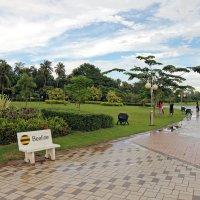 Лаос. Вьентьян. Парк на набережной Меконга :: Владимир Шибинский