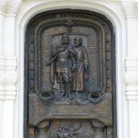 Дверь часовни-усыпальницы  князя Дмитрия Пожарского в Суздале :: Galina Leskova