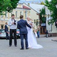 Очередной жених готовится перенести невесту через Пушкинский мост в Витебске.... :: Анатолий Клепешнёв