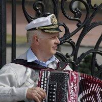 Морячок с гармошкой :: Николай Кандауров