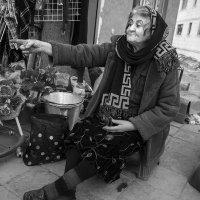 - Два веника три месяца продать не могу! :: Алексей Окунеев
