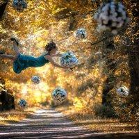 Когда падает снег из цветов, девушки ловят свадебный букет, чтобы стать невестой. :: Владимир Амангалиев