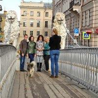 На фоне мостика снимается семейство. :: Владимир Гилясев
