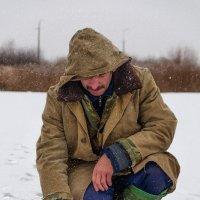 Одинокий рыбак не теряя надежду, с тоскою смотрел на лунку свою.... :: Анатолий Клепешнёв
