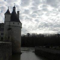 Замок окружен рвом с водой :: Людмила