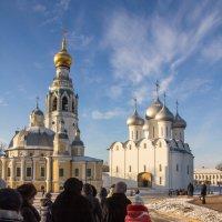Экскурсия движется на Соборную горку Вологды :: Татьяна Копосова