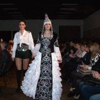 Элементы орнамента исторического казахского платья в современном костюме :: Дарья Казбанова