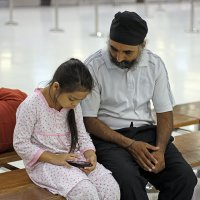 Таиланд. Аэропорт Суварнабхуми. Дедушка и внучка :: Владимир Шибинский