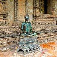 Лаос. Вьентьян. Скульптура Будды у древнего храма :: Владимир Шибинский