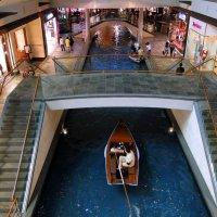 В торговом центре Сингапура :: Елена Шемякина