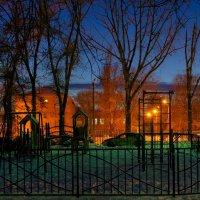 Вечер на детской площадке :: Константин Бобинский