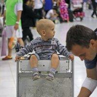 Таиланд. Аэропорт Суварнабхуми. Пока папа пакует багаж :: Владимир Шибинский